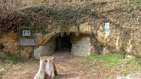 Entrada para o Erdstall em Perg, Áustria. O túnel abrange a Áustria e Alemanha, porém segundo Dr. Kusch, há uma ligação entre túneis que vão desde a Escócia até a Turquia. By Pfeifferfranz